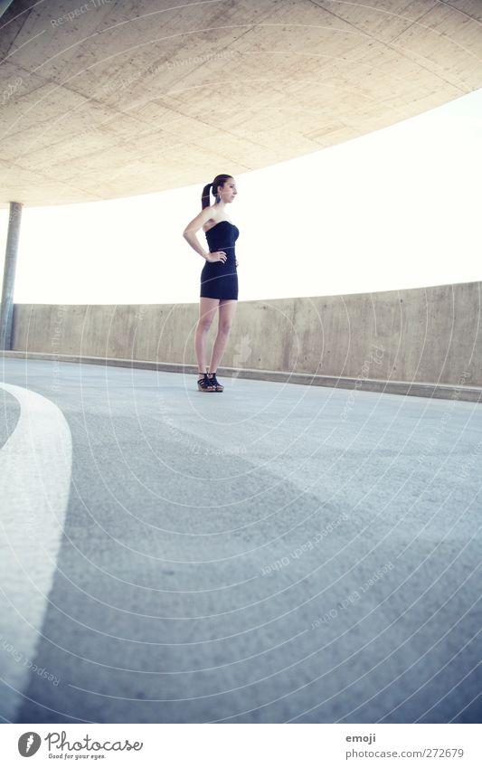 I Junge Frau Jugendliche 1 Mensch 18-30 Jahre Erwachsene Mode Kleid schön dünn Farbfoto Gedeckte Farben Außenaufnahme Textfreiraum unten Tag High Key