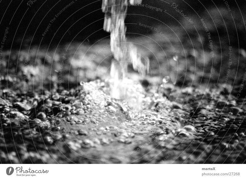 plätscherndes Wasser Regen nass weich Brunnen feucht Luftblase