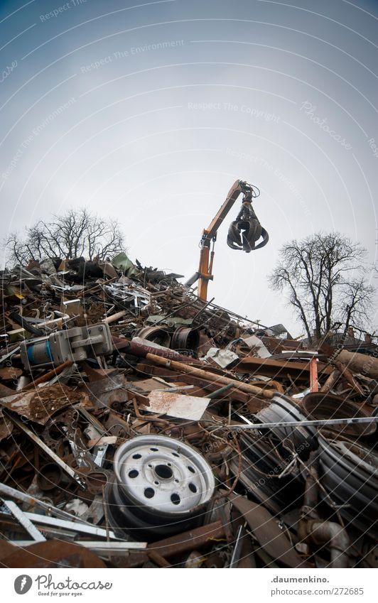 hands up Baum Arbeit & Erwerbstätigkeit Kraft Metallwaren Industrie Technik & Technologie Müll Dienstleistungsgewerbe chaotisch trashig Maschine Werkzeug Gerät