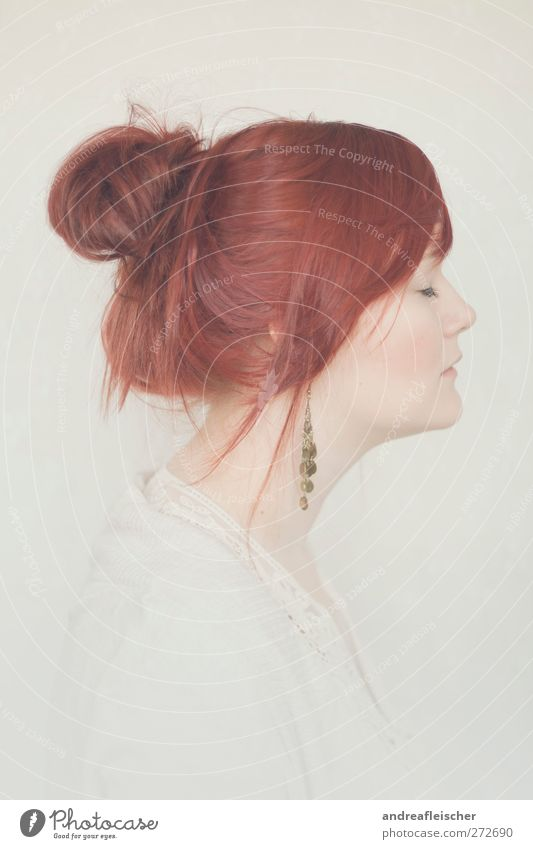 rotkopf feminin Junge Frau Jugendliche Erwachsene 1 Mensch 18-30 Jahre Accessoire Schmuck Ohrringe rothaarig Pony Zopf ästhetisch weich zart Romantik ruhig