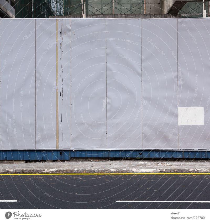 Absperrung Baustelle Haus Mauer Wand Fassade Verkehr Verkehrswege Metall Zeichen Schriftzeichen Hinweisschild Warnschild Verkehrszeichen Linie Streifen