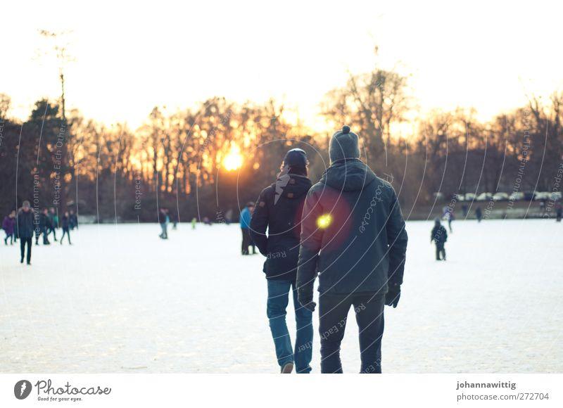 eiswanderung. Mensch Jugendliche Sonne Winter Erwachsene Umwelt kalt Leben See Freundschaft 2 Park Eis orange Zusammensein gehen