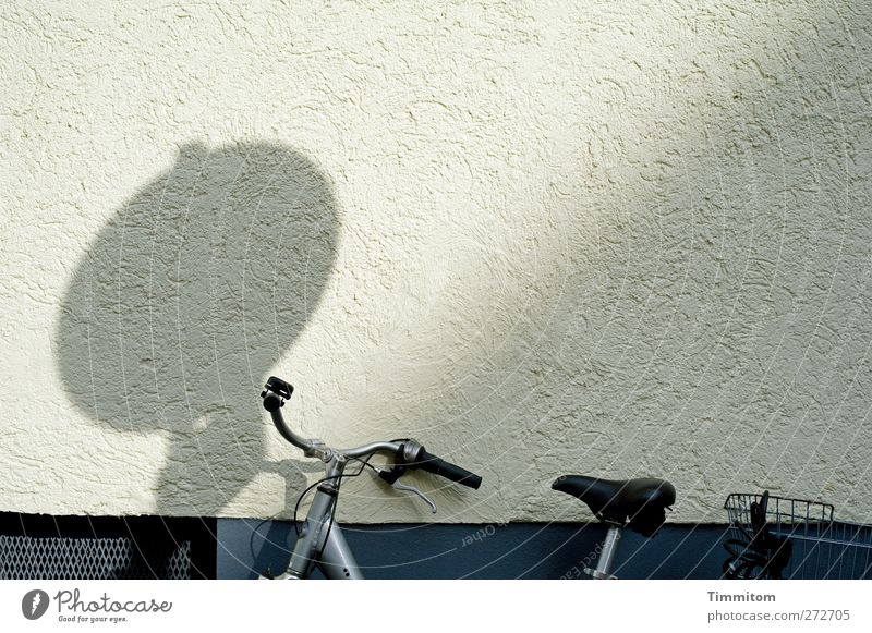 Karl in Monnem: Blues Mannheim Mauer Wand Fahrrad Beton Metall stehen fest grau schwarz weiß Gefühle ruhig Schatten anlehnen Farbfoto Gedeckte Farben