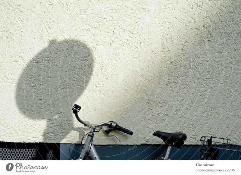 Karl in Monnem: Blues weiß schwarz ruhig Wand Gefühle grau Mauer Metall Fahrrad Beton stehen fest anlehnen Mannheim