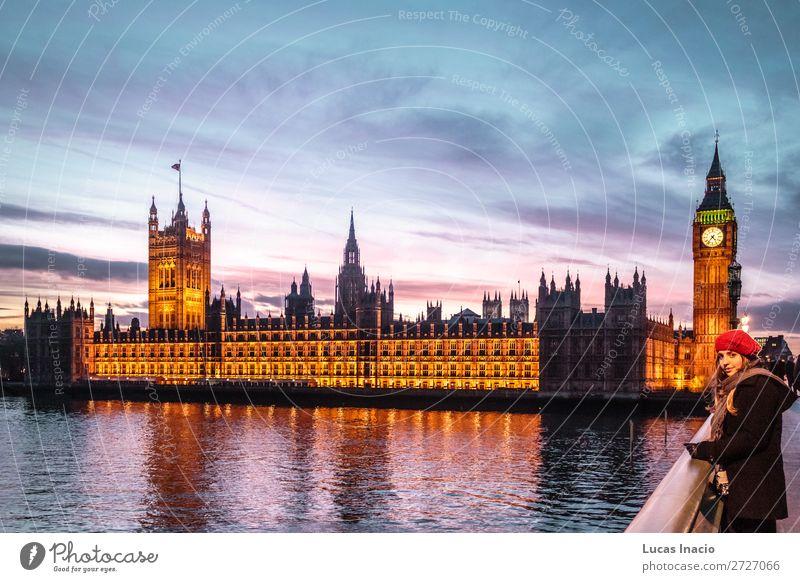 Mädchen vor Big Ben in London Ferien & Urlaub & Reisen Tourismus Ausflug Abenteuer Winter Uhr Frau Erwachsene Umwelt Natur Himmel Wolken Fluss Stadtzentrum