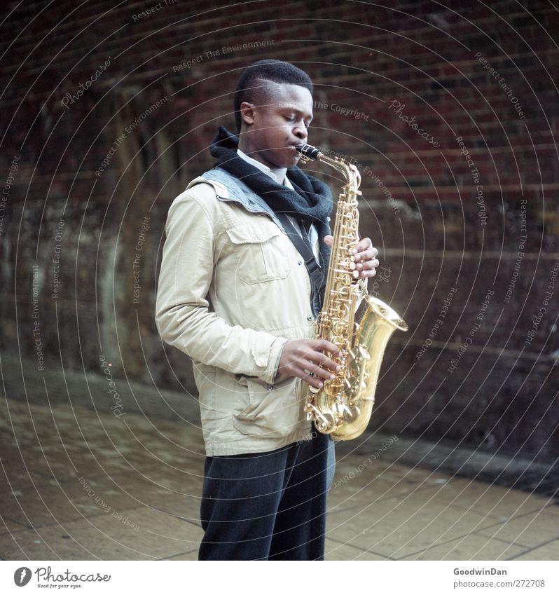 David. Mensch Jugendliche Stadt Erholung Junger Mann kalt Wand Gefühle Spielen Mauer Stimmung Fassade maskulin frei Musik genießen