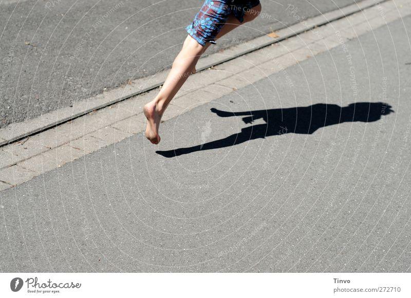 Ab in den Urlaub/Departure Beine Fuß 1 Mensch Sonnenlicht Sommer Schönes Wetter Verkehrswege Fußgänger Straße laufen rennen springen sportlich grau Tatkraft