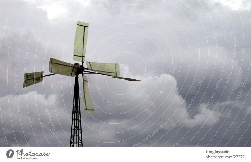 Mit dem Wind Wasserpumpe Wolken dunkel Unwetter Sturm Windmühle Industrie Flügel