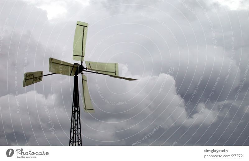 Mit dem Wind Wolken dunkel Industrie Flügel Sturm Unwetter Windmühle Wasserpumpe