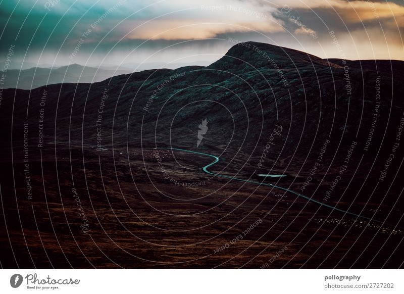 düsteres mysthisches Irland am Morgen Hügel Farbfoto Ferien & Urlaub & Reisen Bergsteiger Morgendämmerung Ferne Sonnenlicht wandern Sonnenuntergang hoch