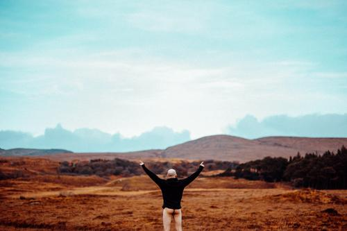 ass up Mensch Himmel Ferien & Urlaub & Reisen Natur schön Landschaft Wolken Freude Ferne Lifestyle Erwachsene Herbst Gefühle Stil Tourismus außergewöhnlich