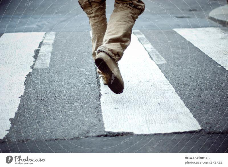 laufen Zebrastreifen gehen Geschwindigkeit Farbfoto Gedeckte Farben Beine Hosenbeine Eile Dynamik Überqueren