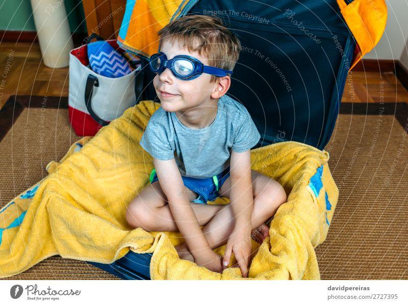 Lustiger Junge lächelnd in einem Koffer sitzend. Lifestyle Freude Schwimmbad Freizeit & Hobby Ferien & Urlaub & Reisen Ausflug Sommer Strand Kind Mensch Mann
