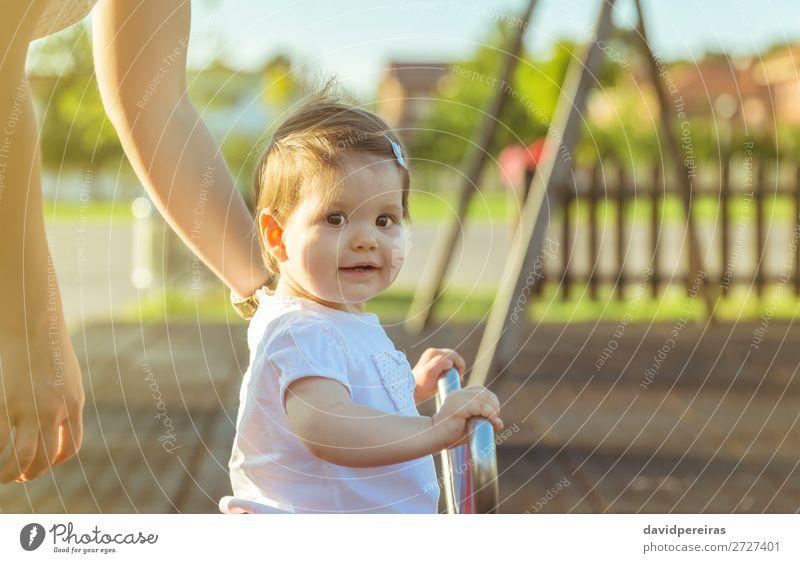 Kleines Mädchen spielt über eine Schaukel im Park. Lifestyle Freude Glück schön Erholung Freizeit & Hobby Spielen Freiheit Sommer Sonne Kind Baby Kleinkind Frau