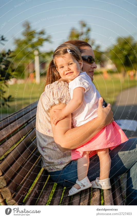 Baby Mädchen steht auf einer Bank und umarmt die Frau. Lifestyle Freude schön Freizeit & Hobby Sommer Garten Kind Mensch Kleinkind Erwachsene Mutter