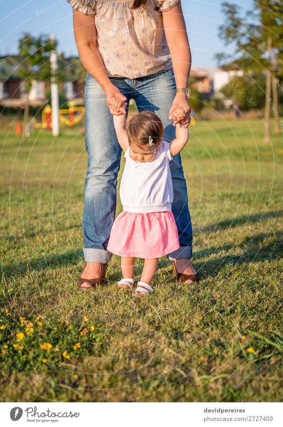 Baby-Mädchen, das lernt, über einen Rasenpark zu laufen. Lifestyle Freude Glück Freizeit & Hobby Sommer Garten Schule Mensch Kleinkind Frau Erwachsene Mutter