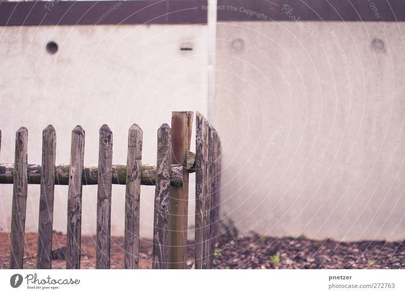 Zaun Dorf Kleinstadt Mauer Wand alt Holz Garage weiß Lüftung Holzbrett Grenze Vorstadt Nachbar Farbfoto Gedeckte Farben Außenaufnahme Nahaufnahme Detailaufnahme