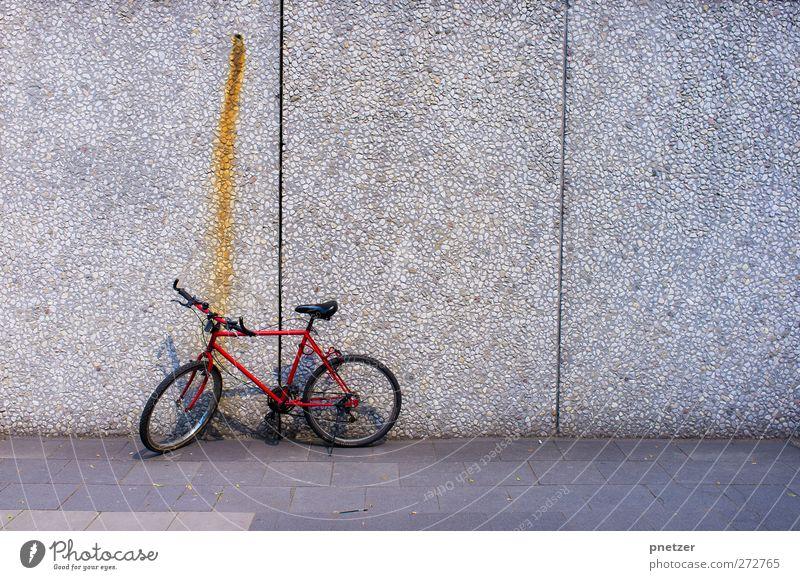 Rotes Fahrrad Stadt Stadtzentrum Haus Hochhaus Bankgebäude Mauer Wand Verkehr Verkehrsmittel Fahrradfahren Straße Fahrzeug alt rot retro altehrwürdig Rost