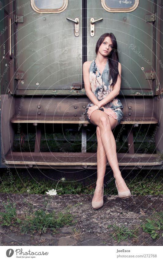 #201113 Frau Jugendliche Ferien & Urlaub & Reisen schön Einsamkeit Erwachsene Erholung Leben Stil Mode träumen Zufriedenheit sitzen warten 18-30 Jahre Tourismus