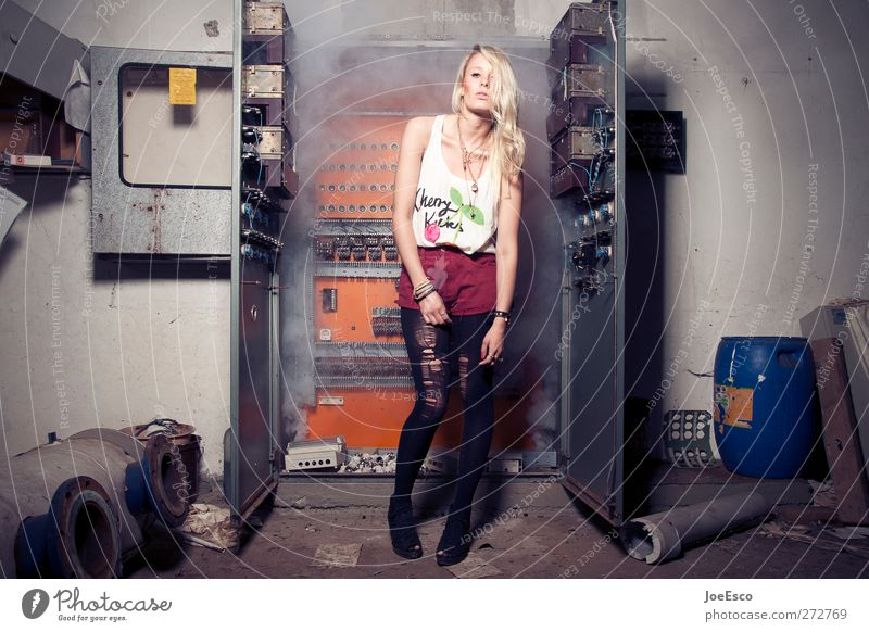 #231762 Frau schön Erwachsene Stil Mode Raum blond wild Energiewirtschaft Brand Abenteuer stehen Coolness einzigartig Körperhaltung