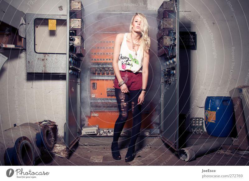 #231762 Stil Abenteuer Raum Keller Nachtleben Wissenschaften Energiewirtschaft Frau Erwachsene Mode blond stehen Coolness trendy einzigartig nerdig rebellisch