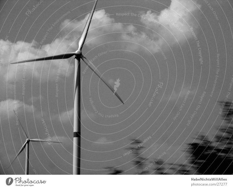 Drehstrom Elektrizität Propeller Industrie Windkraftanlage Himmel Bewegung Schwarzweißfoto Energiewirtschaft