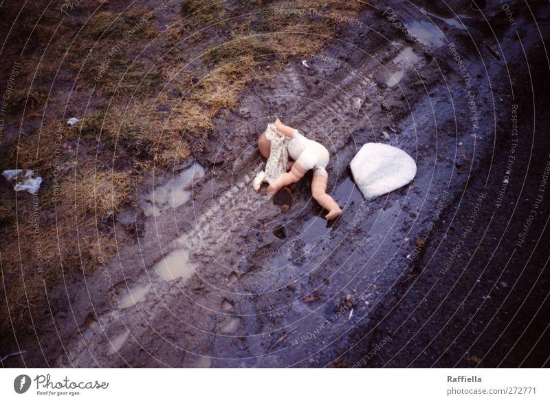 Rastplatz Wasser Wiese Straße Wege & Pfade Reifenspuren liegen bedrohlich dunkel braun Puppe Müll Schlamm schlammig matschig verdreht rausgefallen rausgeworfen