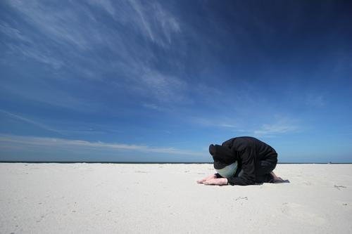 Hiddensee | Huldigung Mensch Himmel Natur Strand Wolken Küste Horizont einzeln Schönes Wetter Körperhaltung Ostsee Mütze Gebet Yoga hocken ducken