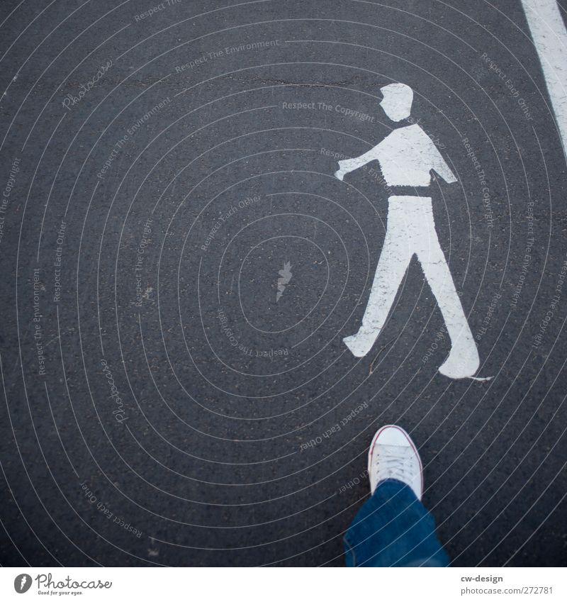 Ein großer Schritt für Lifestyle Stil Mensch maskulin Junger Mann Jugendliche Erwachsene Leben Beine Fuß 1 Verkehrswege Fußgänger Wege & Pfade Verkehrszeichen