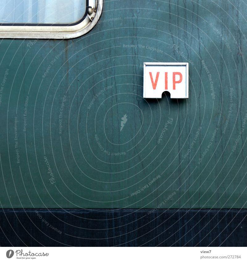 Zugreisende alt grün Wand Mauer Metall Fassade Ordnung Schilder & Markierungen authentisch Schriftzeichen Eisenbahn Hinweisschild trist Wandel & Veränderung