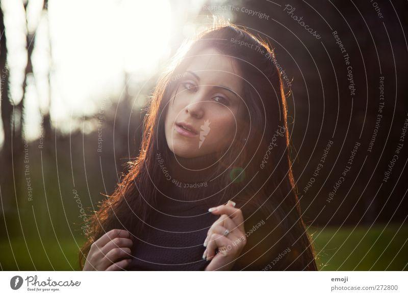 viel feminin Junge Frau Jugendliche 1 Mensch 18-30 Jahre Erwachsene Umwelt Frühling Sommer Herbst Schönes Wetter schön Erotik Farbfoto Außenaufnahme Tag Abend