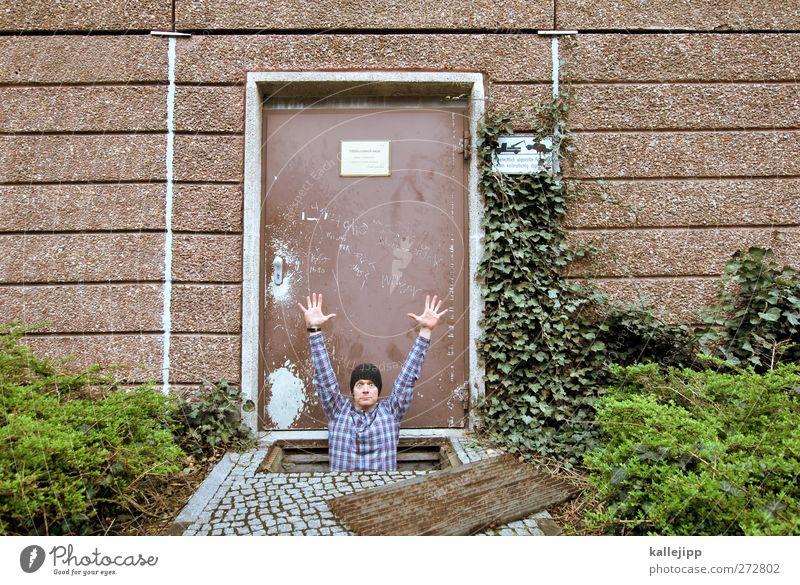 m. neuer Mensch Mann Erwachsene 1 30-45 Jahre Tür Bewegung Loch Dieb resignieren Krimineller kellerloch Keller Farbfoto Außenaufnahme Licht Kontrast