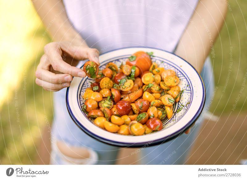 Getreidefrau mit gekochter Tomate Frau Teller Snack Gesundheit Abendessen Mahlzeit Lebensmittel Halt lecker Ernährung Vorbereitung organisch Kirsche