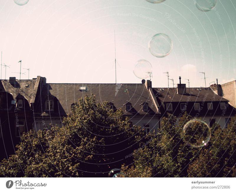 one day baby we'll be old Haus fliegen frei braun Seifenblase Dach himmelblau Himmel Baum Fenster Antenne Freiheit Fensterblick Wiesbaden Straßenseite