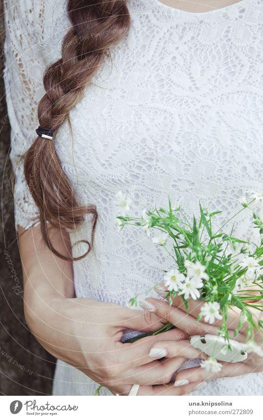bouquet de fleurs feminin Junge Frau Jugendliche Erwachsene Hand Oberkörper 1 Mensch Blume Blüte Mode Kleid Stoff Ring brünett langhaarig Zopf festhalten