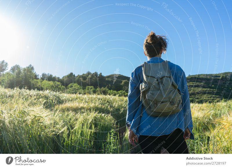 Fröhlicher Mann mit Rucksack auf der Natur Backpacker Stil Porträt Abenteuer Ferien & Urlaub & Reisen modern Tourist Schickimicki Sommer selbstbewußt