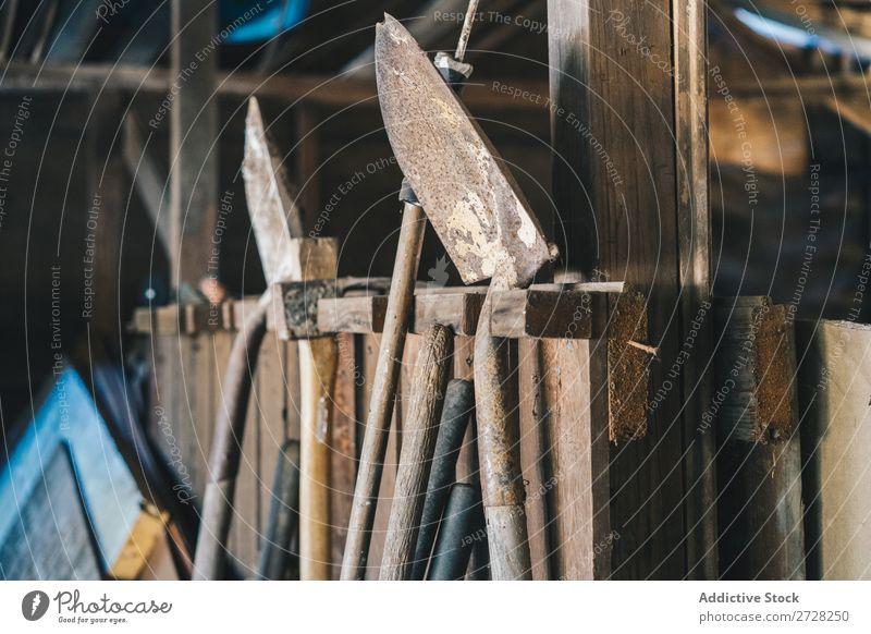 Rostige Piks im Lagerhaus Stall Landwirtschaft Schaufel ländlich Werkzeuge Gerät Holz Ackerbau Gartenarbeit Gutshaus Landschaft alt rustikal Instrumente