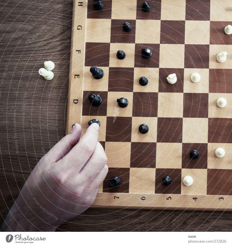 Läufer C8 auf A6 Hand weiß schwarz Spielen Holz Denken braun Freizeit & Hobby Finger Konzentration Quadrat Holzbrett Schach greifen Schachbrett Schachfigur