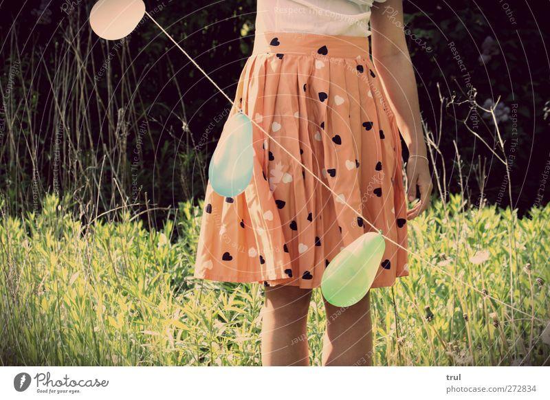 Luftballonleichtes Leben feminin Junge Frau Jugendliche Arme Beine Fuß 1 Mensch 18-30 Jahre Erwachsene Sonne Pflanze Blume Gras Garten Hemd Rock stehen orange