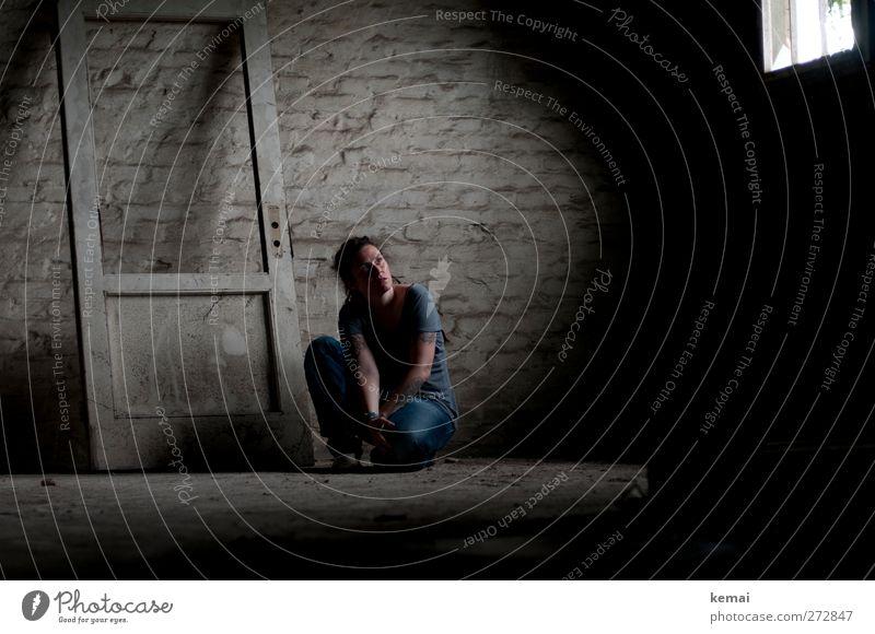 AST5 | A door, a window and me Mensch feminin Frau Erwachsene Leben Kopf Arme 1 30-45 Jahre Mauer Wand Fenster Tür Dachboden hocken knien sitzen dunkel Gefühle