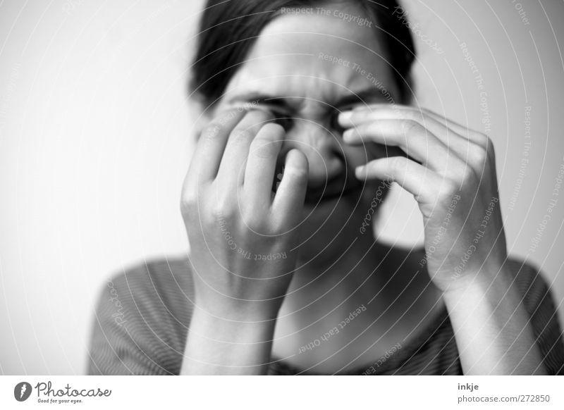 Good for your eyes?? Mensch Kind Hand Mädchen Leben Spielen Kopf Kindheit Freizeit & Hobby Schutz Schmerz Konflikt & Streit machen 8-13 Jahre Überraschung Ekel