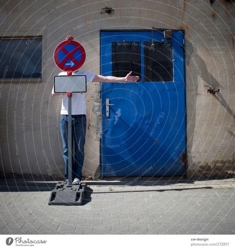 Absolutes Halteverbot Mensch Mann Jugendliche blau Erwachsene Wand Architektur Wege & Pfade Mauer Gebäude Junger Mann Arme Fassade Freizeit & Hobby warten Ordnung