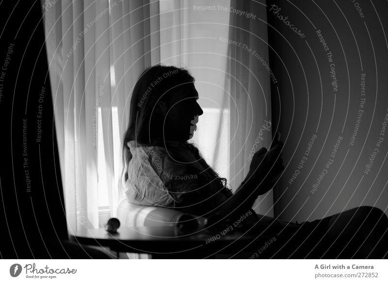 zeitvertreib im dunkeln Mensch maskulin Mann Erwachsene Leben Körper 1 30-45 Jahre Denken lesen Langeweile schwierig sitzen Konzentration Vorhang