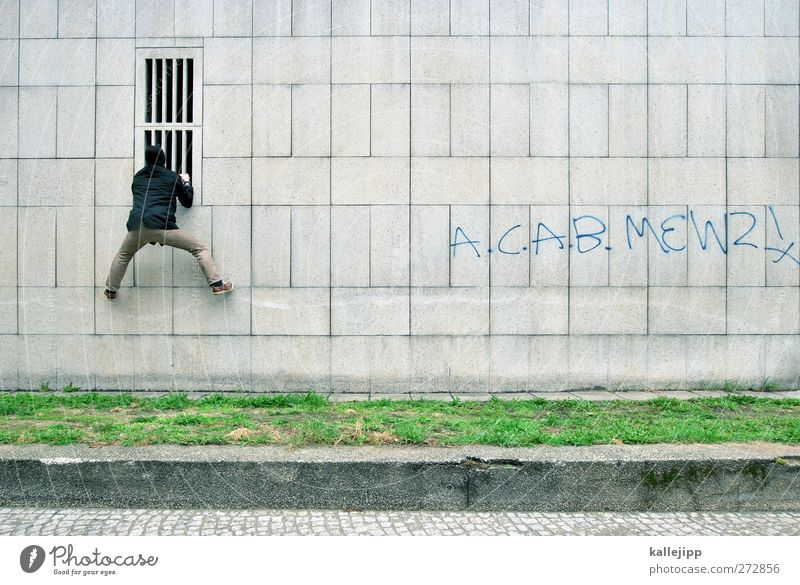 firewall Mensch Mann Erwachsene 1 Klettern eindringen gitterstäbe Justizvollzugsanstalt Sicherheit Absicherung Barriere Fassade Dieb Farbfoto Gedeckte Farben