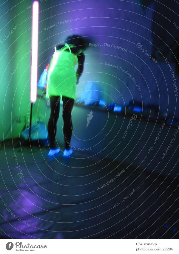 Lisa Frau grün blau violett Rausch Neonlicht Mensch Schwarzlicht