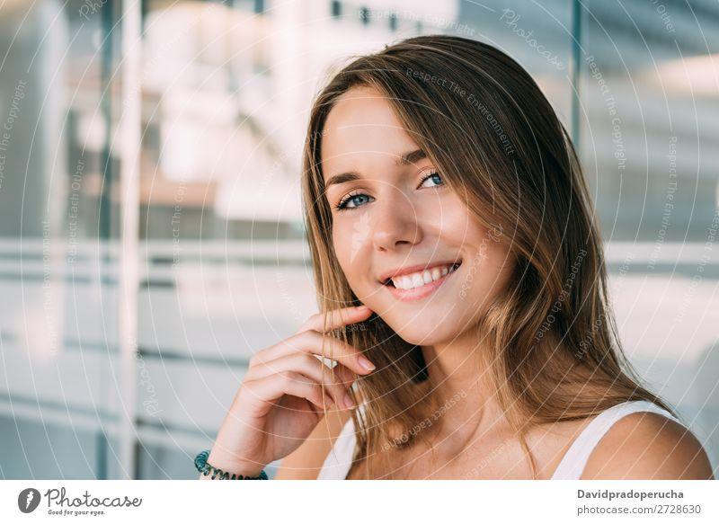 Nahaufnahme des Porträts einer schönen jungen Frau blond Lächeln Glück schließen Gesicht