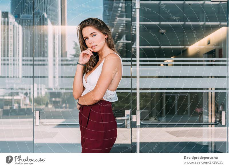 Wunderschöne junge Frau, die posiert. blond Business Lächeln Mode Model Glück rot