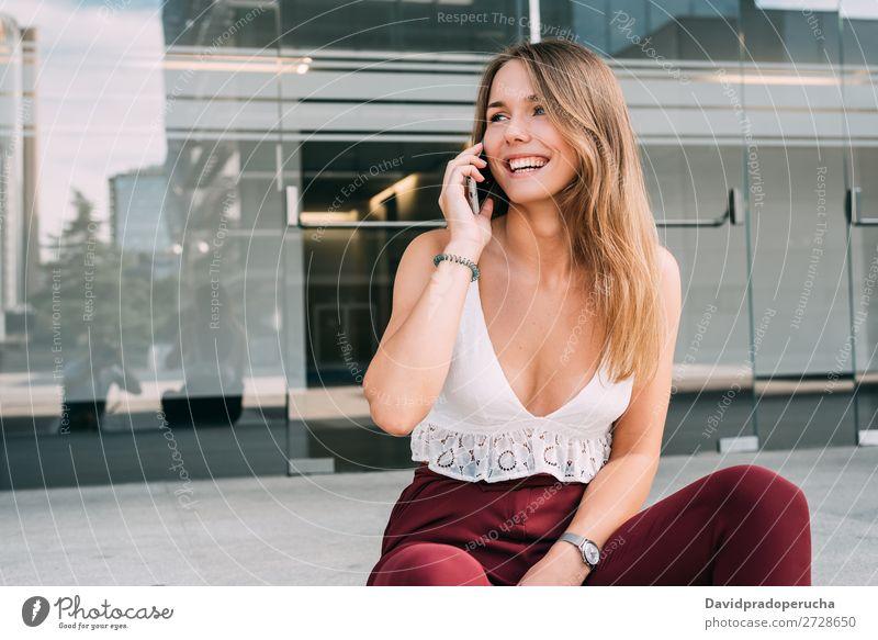 Schöne junge Frau sitzt in der Treppe auf dem Handy. blond Telefon Mobile Technik & Technologie sitzen Außenaufnahme