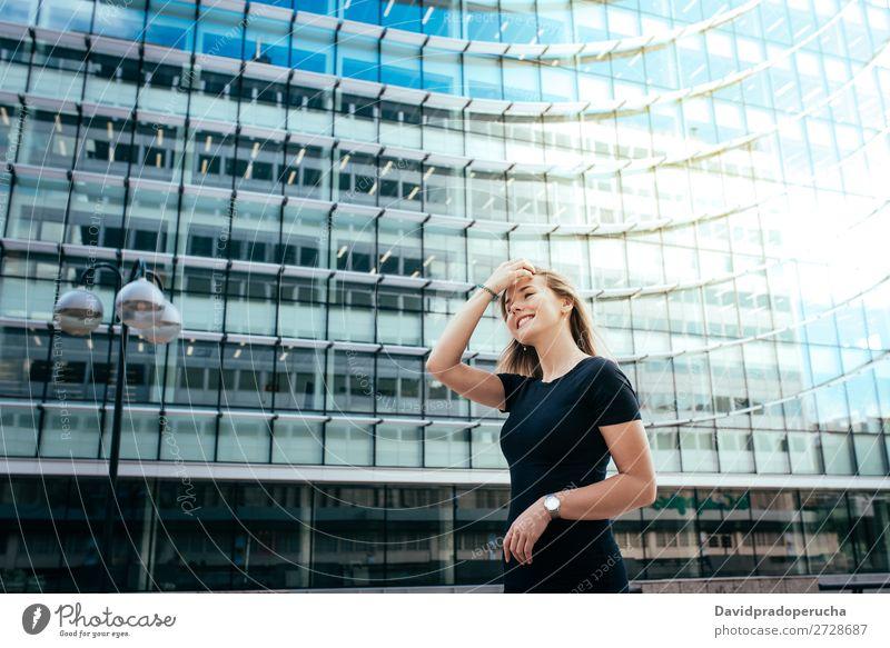 Porträt einer glücklich schönen jungen Frau blond Lächeln Mode Glück Sonnenbrille rot Jugendliche
