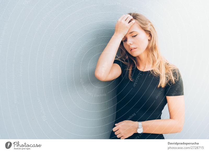 Nahaufnahme des Porträts einer schönen jungen Frau blond Fürsorge schließen Gesicht Mädchen Einsamkeit